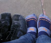 mis pies junto a mis zapatos, a punto de entrar a un templo en India