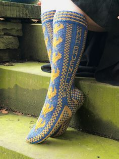 Knee high Ravenclaw socks that feature the house eagle, and a house cheer - 'Soar Ravenclaw'. Knitting Designs, Knitting Patterns Free, Knit Patterns, Free Knitting, Fair Isle Knitting, Knitting Socks, Knit Socks, Bioshock, Harry Potter Knit