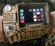Guard your phone from the dangers of the wasteland like any Fallout fan would using this Pip-Boy 3000 DIY iPhone case. You'll be able assemble your very own Pip-Boy 3000 that lets you carry around your phone conveniently on your wrist. Fallout Props, Fallout Art, Fallout Funny, Diy Phone Case, Iphone Cases, Fallout Cosplay, Fallout Costume, Cosplay Weapons, Ideas 2017