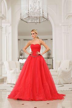 Voor een bruid die wil opvallen een knal rode strapless trouwjurk. Door de glitterband krijgt de taille extra aandacht. De wijde tule rok past volledig in het plaatje.