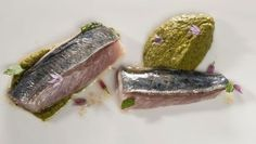 Bruno Oteiza prepara un plato de chicharro en salmuera cocinado en el horno acompañado de puré de pistachos, kiwi y alga codium.