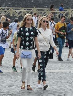 Like mother like daughter: Reese Witherspoon and her daughter Ava, went sightseeing in Vatican City on Friday in matching florals Ava Witherspoon, Reese Witherspoon Style, Reese Whitherspoon, Star Fashion, Girl Fashion, Preppy Fall Fashion, Preppy Wardrobe, Jennifer Aniston Pictures, Big Girl Clothes