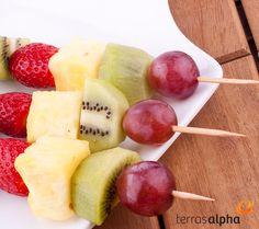Crianças adoram doces, não é mesmo? Mas é importante desde cedo incentivá-los a se alimentarem de forma saudável. Uma boa sugestão é trocar os doces processados por espetinhos de frutas. Humm.