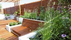 Rośliny balkonowe. Użycie drewna w ciepłym kolorze sprawia, że taras sprawia przytulne wrażenie. Będzie tu jeszcze ładniej, gdy pergolę oplecie winorośl Terrazzo, Outdoor Furniture, Outdoor Decor, Sun Lounger, Pergola, Deck, Plants, Home Decor, Gardening