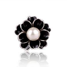 Unikátna ozdoba s názvom Biela perla v podobe nádherného perlového kveta. Prstenec je krásny ako na obrázku. Perla má prvotriednu kvalitu a je vysoko odolná. Je takmer nemožné ju poškriabať. Biela perla obsahuje trojitý krúžok na zadnej strane, aby bolo možné uviazať ho na hodvábnu šatku alebo šál. Táto ozdoba na hodvábne šatky a šály je vyrobená z kvalitných materiálov (zliatín), ktoré sú následne pozlátené. Ozdoba sa radí medzi poloklenoty.