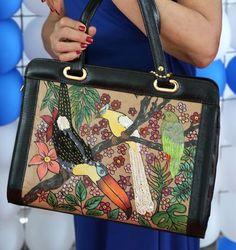 bolsa bordada e pintada à mão no saco de cimento, foram utilizados: fitas de cetim, paetês nacarados e irisados, strass, acabamento couro ecológico.