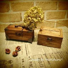 白木のままでは少し味気ない木箱もアンティーク風の塗装を施すだけで素敵な雰囲気に。あちこちに散らかった細々したものを小箱の中へしまって可愛く収納することができますね。
