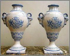 Émile Gallé, Paire de vases Médicis en faïence camaïeu bleu  prises à tête de bouc - armes de Nancy sur la panse  signés Gallé NANCY St Clément