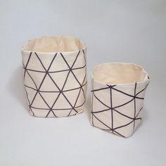 Schöne Dinge gehören schön aufbewahrt! Dieses zwei hübschen Utensilos bestehen außen aus stylischer Baumwolle, innen aus einem sehr festen Naturbaumwollstoff. Ob im Bad, in der Küche, auf dem...