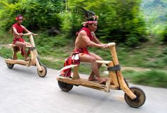 Unique solution to the transportation challenge, using organic material - The Wooden Bike ridden by the Igorot indigenous people of Baguio City in The Philippines. Wooden Scooter, Wooden Bicycle, Wood Bike, Bicycle Art, Bicycle Safety, Scooter Bike, Tricycle, Motos Harley, Baguio City
