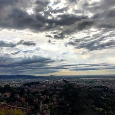 Arriva sempre un vento nuovo a spazzare via le nuvole. Tornerà sempre il sole dopo il temporale... e il suo tepore sarà ancora più dolce.  #bergamo #bergamocitytrail #bctmillegradini #millegradini #albarunner #iocorroqui #runlovers #newday #picoftheday #pioggia #nuvole #nuvolegrigie #alba #sky #skylovers #sunrise #sunrise #sunriselovers #sunrise_and_sunsets #mothernature #naturegram #naturephoto #clouds #cloudporn #instagram #instaphoto #panorama #ig_italia #igersitalia #ig_bergamo…