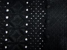 Laise Bico Eden (Preto). Tecido de fibra natural com bordados vazados e em alto relevo e bico, motivos florais, leve e com toque agradável. Ótimo para peças com caimento mais estruturado.  Sugestão para confeccionar: Vestidos, shorts, saias, camisas, entre outros.