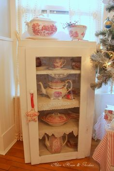 I believe I'd like to incorporate these ideas in my everyday dining room décor~not including the tree of course! ;)