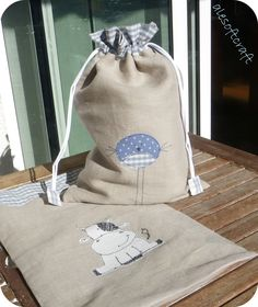 Ale soft craft: mucchette ed uccellini Sewing Crafts, Sewing Projects, Library Bag, Diy Handbag, Bag Packaging, Linen Bag, Sewing Box, Sewing For Kids, Handmade Bags