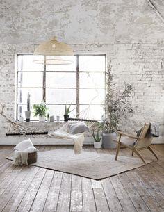 Wunderschöne weiße Ziegelwand im perfekten Zusammenspiel mit dem grau braunen Dielen.
