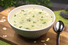 Die Brokkolicremesuppe mit Mandelblättchen ist low-carb, glutenfrei und schmeckt einfach super. Für die Suppe benötigt man nicht viele Zutaten.