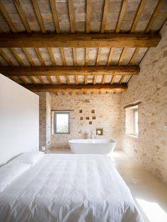 Lo de la bañera no lo entiendo, lo demás me parece maravilloso.  La Marche Villa in Treia, Italy. Restoration by Wespi de Meuron Architeckten. Via Yatzer.
