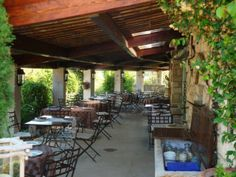 Restaurant Le Bistrot de la Huppe in Gordes - just 5 minutes drive from Les Rapieres Provence, Outdoor Tables, Outdoor Decor, French Restaurants, South Of France, Pergola, Outdoor Structures, Outdoor Furniture, Shops