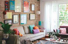 A base de tijolinhos é perfeita para ousar nas cores dos móveis e acessórios.