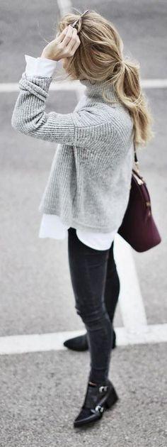 Empareja un jersey de cuello alto de punto gris junto a unos vaqueros pitillo negros para crear una apariencia elegante y glamurosa. Botines de cuero negros son una opción excelente para completar este atuendo.