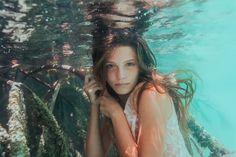 人魚と呼ばれる少女「サシャ・カリス」の、幻想的で美しい水中写真