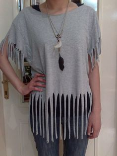 Sew T-Shirt How to make a fringed top. T Shirt Recon (Fringes) - Step 8 - transform your old shirt into a fringed top Zerschnittene Shirts, Diy Cut Shirts, T Shirt Diy, Cutting T Shirts, Diy Tshirt Ideas, Zumba Shirts, Shirt Makeover, Look 80s, T Shirt Hacks