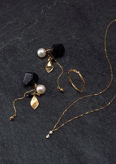 その時々の女性の生き方やファッションを反映したラインナップで「常に新しい物」「今までの市場に無かった物」を提案。 「時代の流れにそったジュエリー」を提供するブランドです。