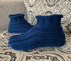Learn to knit adult bootie slippers with this free knitting pattern. Includes a how-to knit video demonstrating how to knit the slippers from start to finish. Knitting Videos, Knitting Stitches, Knitting Patterns Free, Free Knitting, Knitting Socks, Crochet Socks, Knitting Machine, Crochet Patterns, Knit Socks