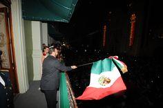 Acompañado por su esposa, la señora Karime Macías de Duarte, y sus dos pequeños hijos Carolina y Javier salieron al balcón. El Gobernador ondeó la bandera tricolor e hizo sonar la campana, cuyo tañer recordó la gesta de don Miguel Hidalgo y Costilla y a todos los mexicanos que nos dieron patria y libertad.