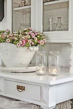 Vintage Farmhouse Decor White Cabinetry With Metal Accents - Shabby chic kitchen decor ideas blend the old and the new with style and grace. Get inspired by the best designs and give your kitchen a new look! Cottage Shabby Chic, Cocina Shabby Chic, Shabby Chic Mode, Shabby Chic Vintage, Shabby Chic Kitchen Decor, Estilo Shabby Chic, Shabby Chic Style, Shabby Chic Furniture, Farmhouse Decor