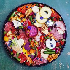 Healthy snacks for days! Today's platter inspo is brought to us by @feastling