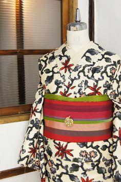 チェコのファブリックを思わせるような、ヨーロピアンとオリエンタルが優しく調和したような、エキゾチックでキュートなフラワーデザインが織り出された銘仙袷着物です。