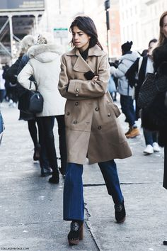 New_York_Fashion_Week-Fall_Winter_2015-Street_Style-NYFW-Leandra_medine-Trench_Coat-Clogs-