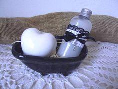 Lembrança charmosa para sua festa. 1 Banheira de porcelana 1 Sabonete líquido 80 ml com lindos tecidos  decorando a embalagem. 1 Sabonete artesanal Coração ou Rosas.