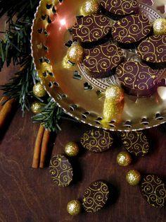 Csokoládé Reformer: Szilvás bonbon mézeskalács fűszerkeverékkel Ornament Wreath, Ornaments, Christmas Wreaths, Food And Drink, Sweets, Cookies, Holiday Decor, Blog, Candy