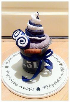 Kraamkado jongetje, Maxi - Cupcake van jongens kleding, sokjes en spuugdoekjes. Baby Shower boy present. Meer Info: https://joleenskraamcadeaus.wix.com/kraamcadeau#!product/prd1/3006407261/maxi-cupcake