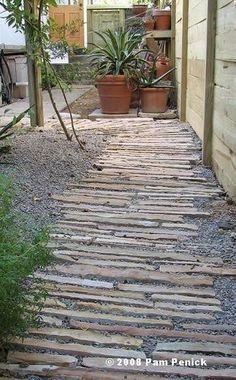 L'allée de jardin, voici notre prochain chantier auprintemps ! Il y atantd'idées d'aménagement d'allées que l'on ne sait celle choisir.Allée en gravier, bois, dalles de béton, pierre naturelle, mosaïque, il y en a pour tous les goûts. Alors piochez pa