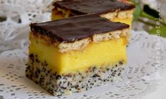 Prajitura Tosca este una dintre acele prajituri pe care eu le ador, pentru ca are tot ce vreau  de la o prajitura. Blat cu mac, crema,ciocolata. Romanian Desserts, Romanian Food, Baking Recipes, Dessert Recipes, No Bake Cake, Tiramisu, Biscuit, Cheesecake, Good Food