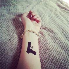 Gun tattoo : http://dcer.eu/fr/tatouages/13-gun-tattoo.html @justinaaaaaa_