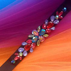 @senorita_bordado. Cinto multicolor con base negra Beaded Bracelets, Base, Jewelry, Fashion, Bugle Beads, Mesh, Sequins, Gems, Hand Embroidery