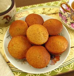 Fresh and fluffy, these carrot and orange muffins are great to serve with tea on a Summer afternoon. Mini Desserts, Dessert Recipes, Strawberry Desserts, Orange Muffins, Carrot Muffins, Orange Recipes, Sweet Recipes, Biscuit Bread, Alcoholic Desserts