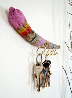 In love with this DIY-- painted driftwood key holder Painted Driftwood, Driftwood Crafts, Painted Wood, Driftwood Jewelry, Painted Branches, Diy Painting, Painting On Wood, Free People Blog, Arts And Crafts