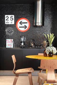Cozinha em cor escura vai do clássico ao moderno, mas requer boa iluminação.