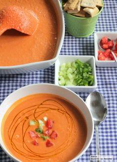Receta tradicional de gazpacho andaluz. Receta con fotos paso a paso de elaboración y presentación del gazpacho andaluz. Trucos y consejos para hacer gazpach...