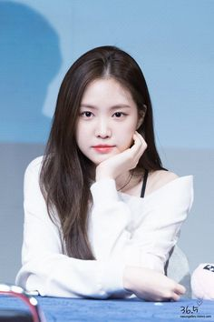 Apink Naeun's Visuals Change Completely Depending On What Color She's Wearing - Koreaboo Kpop Girl Groups, Korean Girl Groups, Kpop Girls, Eunji Apink, Kpop Girl Bands, Cute Girl Photo, Grunge Girl, Soyeon, The Most Beautiful Girl