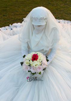 Wedding Abaya, Pakistani Wedding Dresses, Arab Girls Hijab, Girl Hijab, Muslim Couples, Muslim Women, Graduation Images, Love Couple Images, Niqab