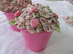 Vaso com flores de fuxico, miolo em flores de cetim e pérolas, vaso em alumínio. R$ 36,00