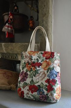 Handmade bag made of floral gobelin fabric, internally lined in tone and with pockets. Leather Totes, Fabric Bags, Handmade Bags, Bag Making, Diy And Crafts, Pocket, Tote Bag, Etsy, Fabrics