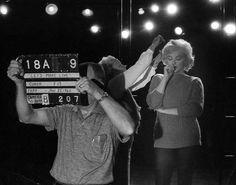 """Image - 1960 / Quand Marilyn répète la fameuse chorégraphie où elle chante, vêtue d'un collant et d'un pull mauve, la fameuse chanson """"My heart belongs to daddy"""", dans le film """"Let's make love"""". - Wonderful-Marilyn-MONROE - Skyrock.com"""