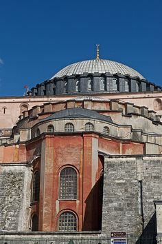 Hagia Sophia Exterior from SE the dome is smaller than the base otherwise it would fall, from the inside it looks bigger than it is, Brilliant design. Byzantine Architecture, Historical Architecture, Art And Architecture, Ancient Architecture, Aya Sophia, Hagia Sophia Istanbul, Sainte Sophie, Byzantine Art, Luxor Egypt